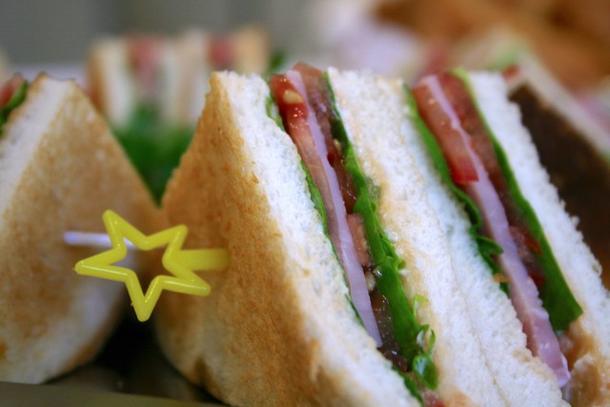Сендвич с ветчиной, сыром и салатом
