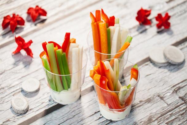 Овощные палочки крудите с йогуртовым соусом