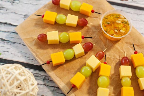 Сырная шпажка с виноградом