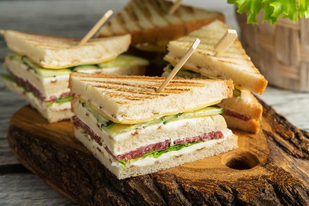Клаб сендвич с салями