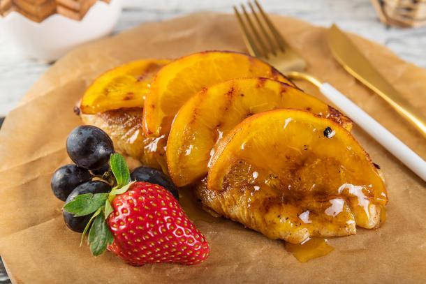 Филе индейки в апельсиновой глазури с ягодами