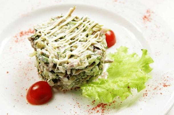 Салат с языком и зелёным яблоком. Банкет.