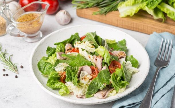 Салат из курицы с листьями и маком соусом