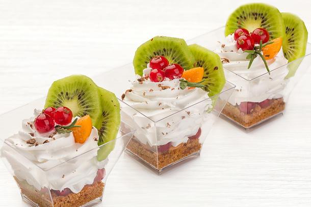 Десерт из сливок с киви и ягодами, 10 шт