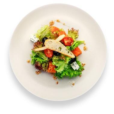 Салат из маринованной семги с сыром Дор-блю