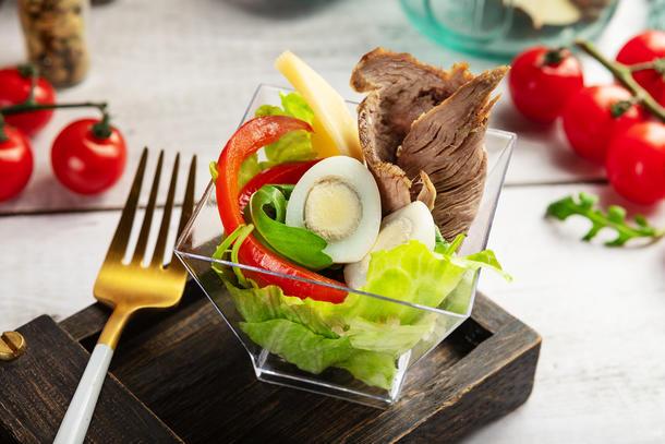 Салат с ростбифом овощами и сыром
