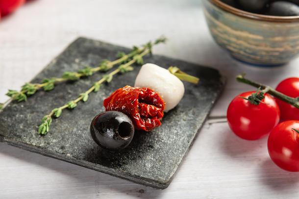 Канапе с вяленым томатом и моцареллой