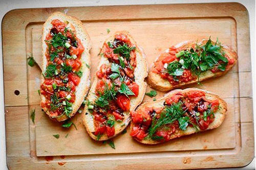 Брускетта с томатами и базиликом.