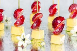 Канапе с твердым сыром и виноградом