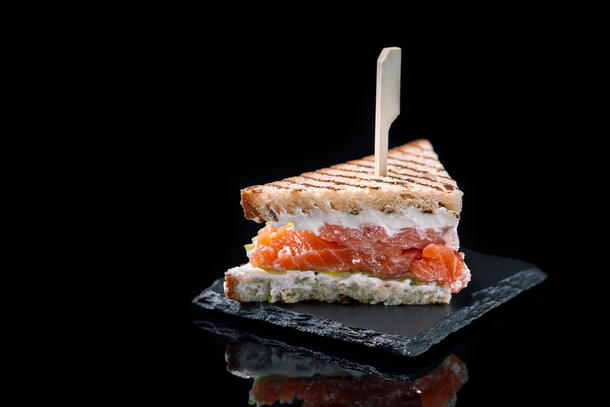 Мини-сендвич  с лососем и сливочным сыром