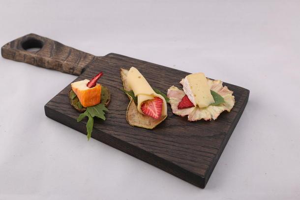 Ассорти сыров на фруктовых чипсах