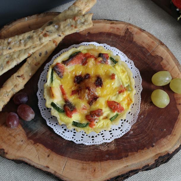 Киш с моцарелой, шпинатом, сыром и помидорами черри