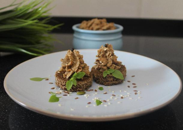 Утиный паштет на мини тосте с карамелизированным луком