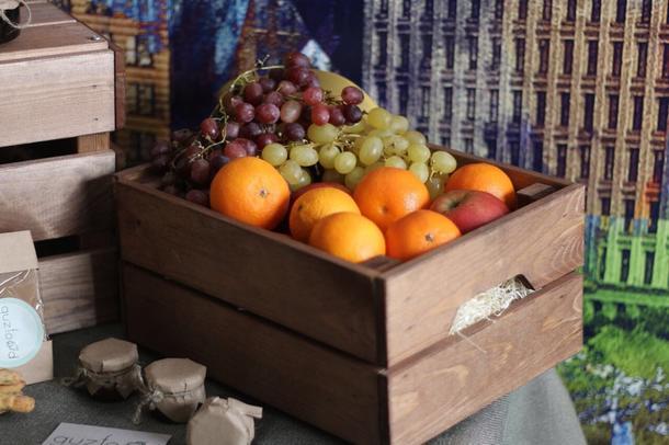 Большой ящик с сезонными фруктами