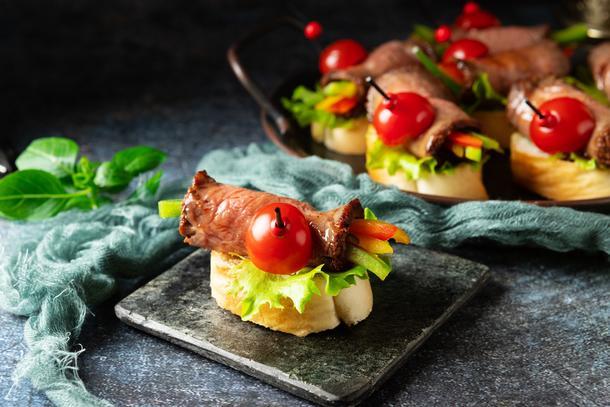 Тапас с ростбифом и свежими овощами
