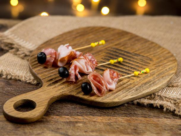 Шпажка с мясными деликатесами