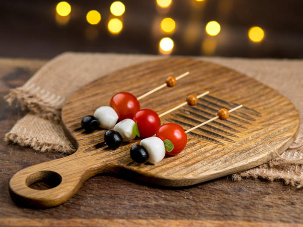 Шпажка с моцареллой, мини томатом и оливкой