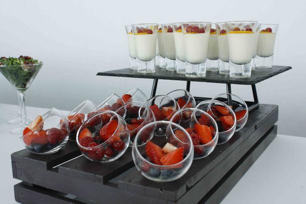 Десертная стация с фруктами в шоте
