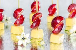 Канапе с сыром Камамбер и виноградом