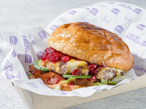 Бургер с говядиной, брусничный соус, бекон, сыр, свежий огурец