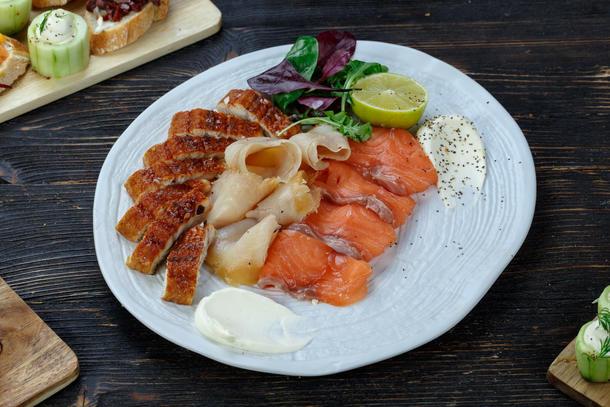 Рыбное ассорти - лосось, угорь, масляная