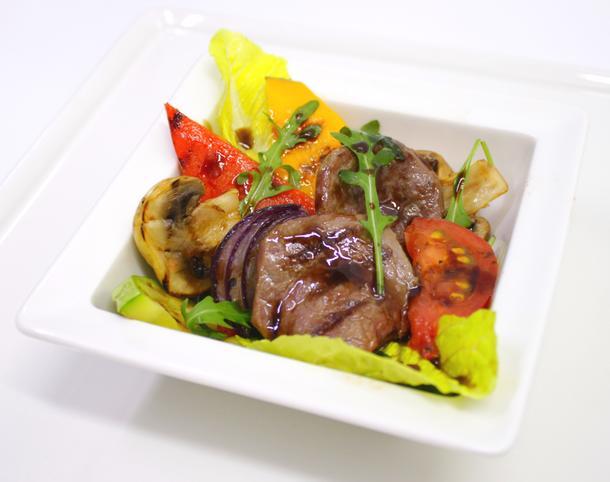Гриль салат с говядиной и овощами