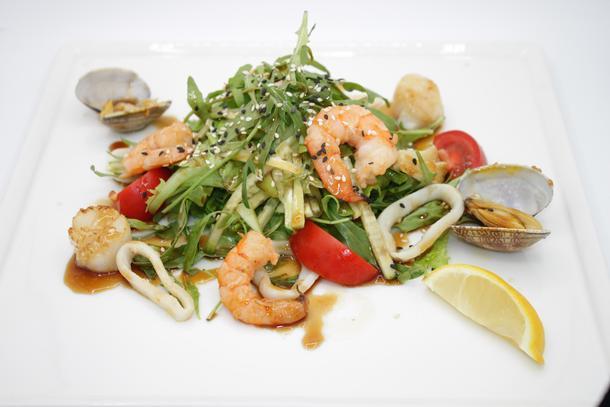 Азиатский салат с морепродуктами и терияки
