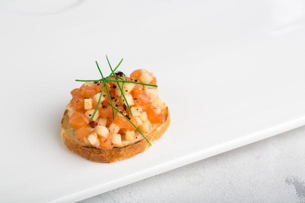 Тартар из лосося с огурцом и сладким чили на тосте