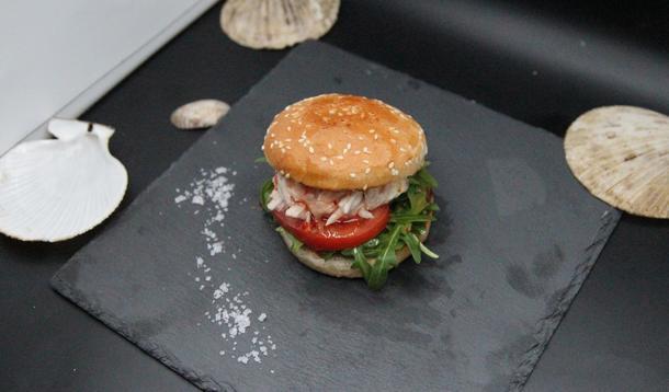 Бургер с говяжьей котлетой и картофель фри