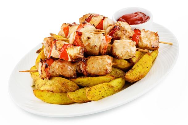 Куриные брошеты с картофельными дольками