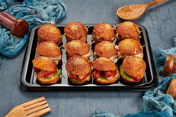 Мини бургеры с баварской колбаской, ветчиной и сыром, котлетой из курицы, 12 шт.