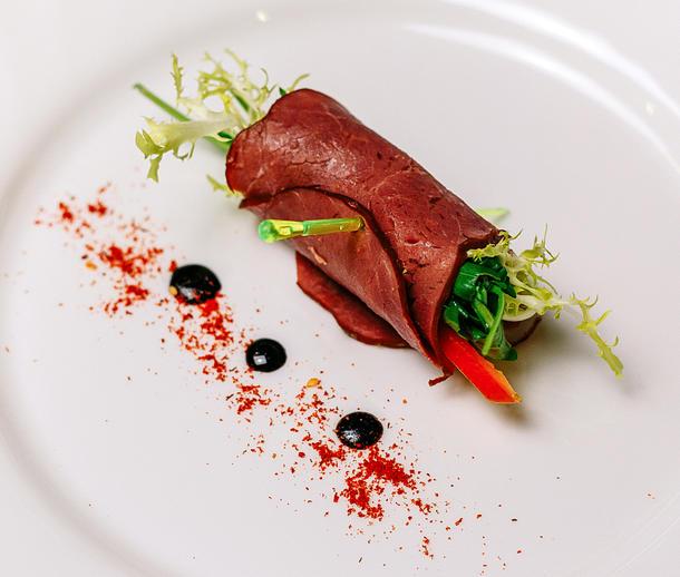 Рулетики из ростбифа с микс салатом