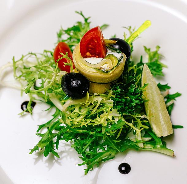 Рулетики из цукини с сыром фета и маслинами