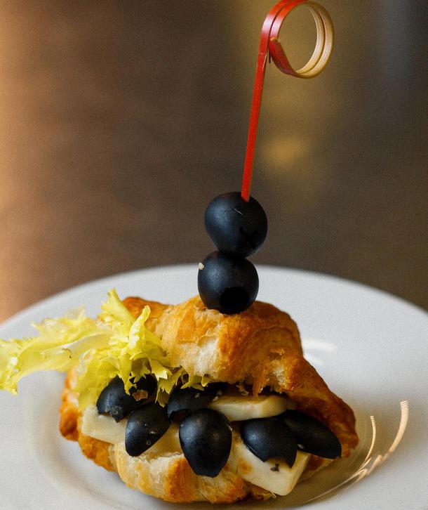 Мини круассан с мягким сыром и  маслинами