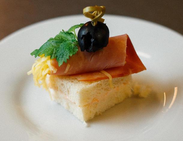 Мини сэндвич с сыром и ветчиной