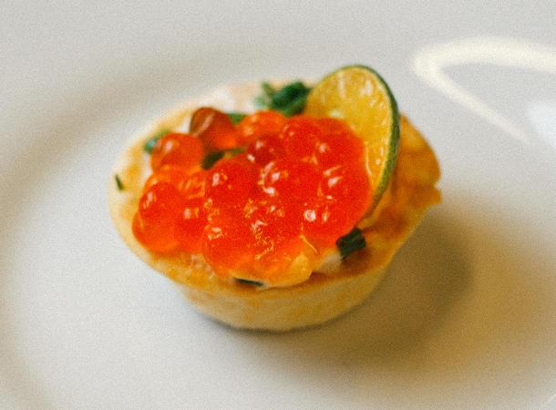 Тарталетка с мягким сыром и  красной икрой