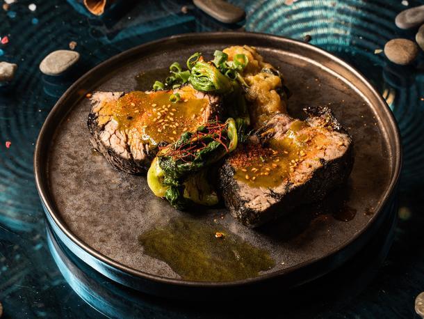 Острая говядина на огне/Картофельный крем с трюфелем/Масло клюквы