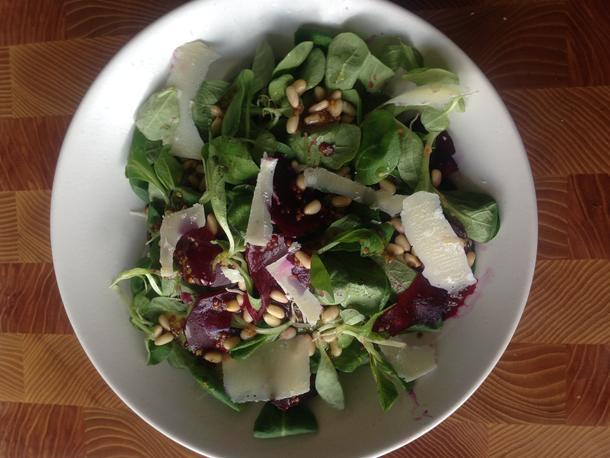 Салат с корном, свеклой и кедровыми орешками