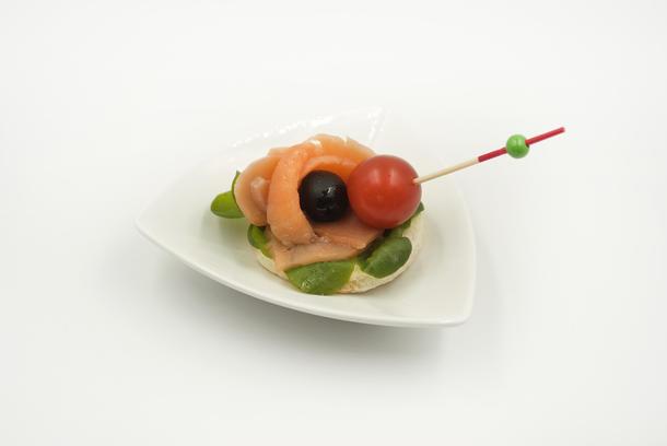 Канапе лосось с оливкой и черри