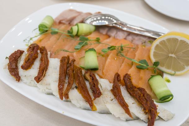 Рыбное плато (семга слабой соли с перцем и сыром филадельфия, судак с томатами конфи, омуль дальневосточный)