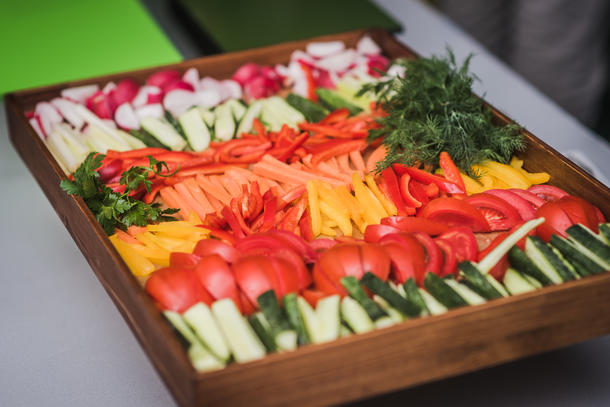 Ассорти из бакинских огурцов и томатов,  зелени и садового редиса.