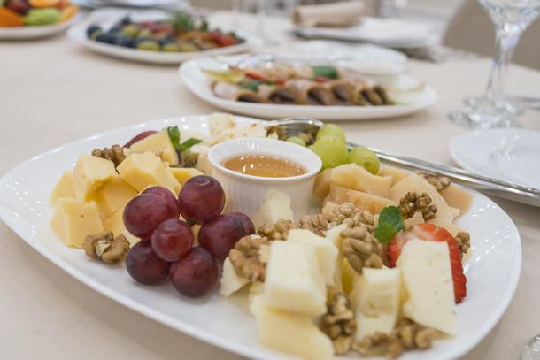 Сырная тарелка: азолла, пармезан, тот де муа, качотта с перцем, мед в сотах